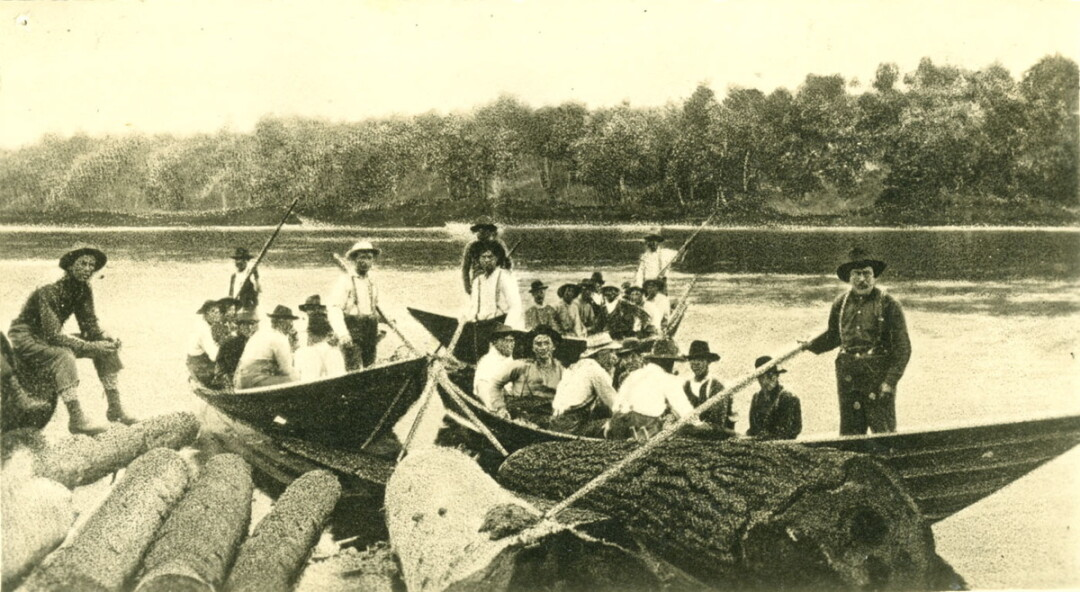BELOW: Chippewa Lumber and Boom Co. crewmen work in flat-bottomed boats, called bateaux, on the Chippewa River near Jim Falls in 1909.